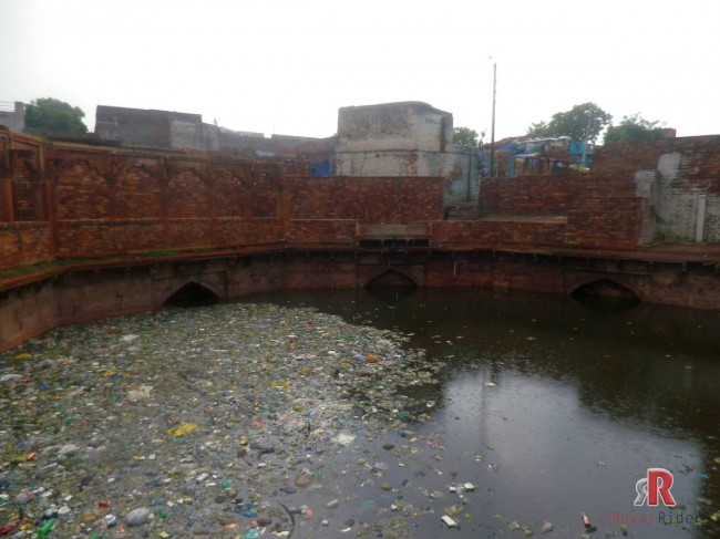 It was sad to see that Fatehpur Sikri Stepwell / baoli were piled up with Garbage